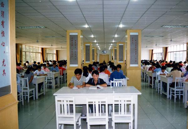 石家庄工程技术学校学生阅览室图片